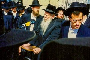 Novaminsker Rebbe being maspid
