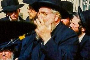 Rav Avraham Chaim Feuer being maspid